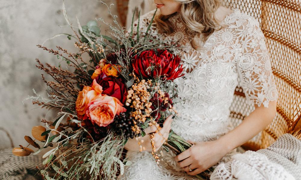 Braut mit Blumenstrauß im Boho-Stil