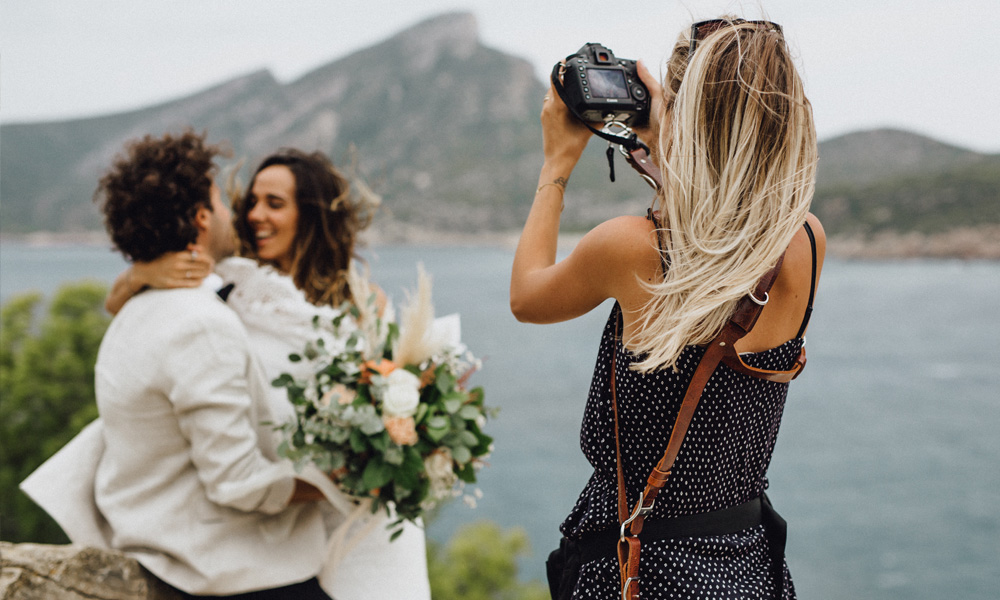 Brautpaar bei Fotoshooting Boho