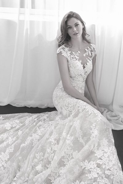 Hochzeitskleid mit blumiger Spitze