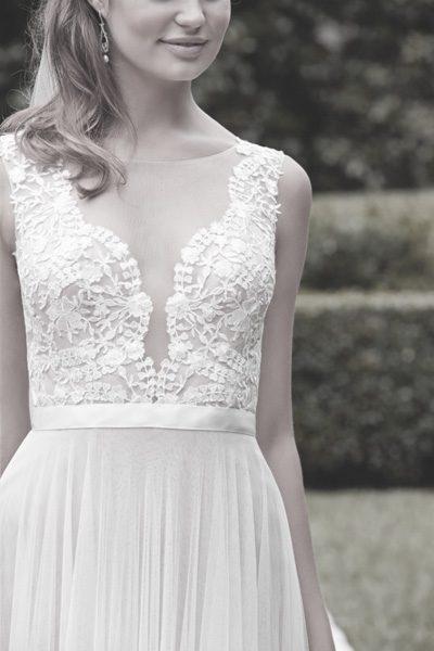 Brautkleid mit tiefem Auschnitt
