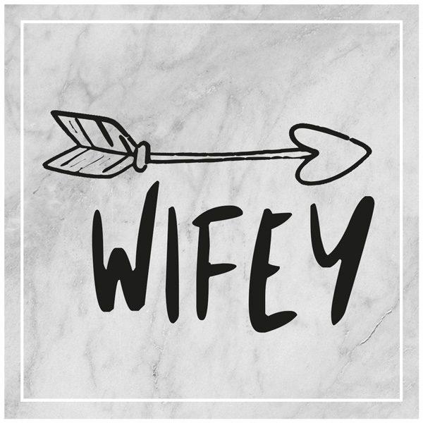 Wifey mit Pfeil auf Marmorhintergrund