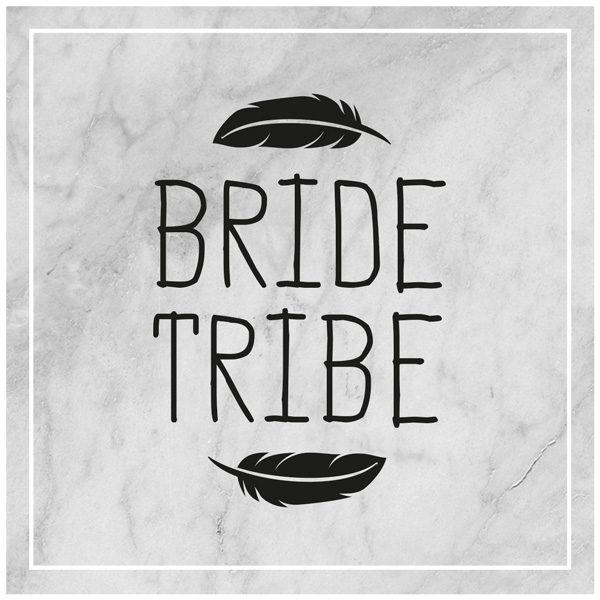 Bride Tribe mit Federn auf Marmorhintergrund