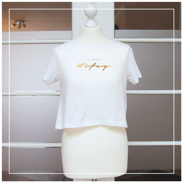 """goldener Aufdruck """"Forever Wifey"""" auf weißem T-Shirt"""