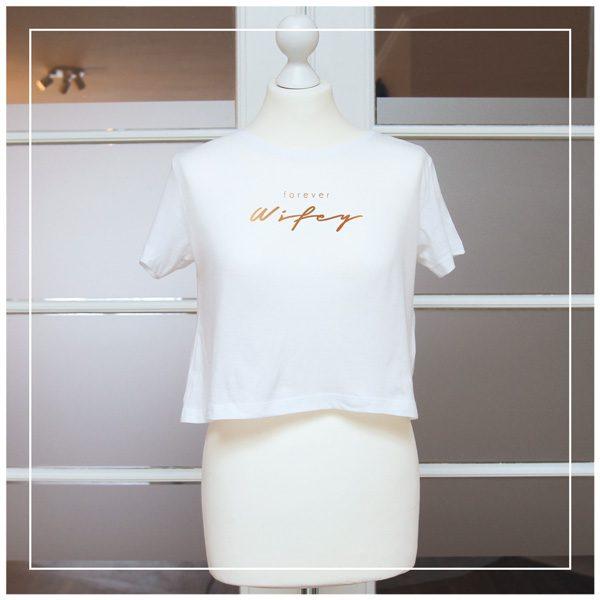 """Kupferaufdruck """"Forever Wifey"""" auf weißem T-Shirt"""