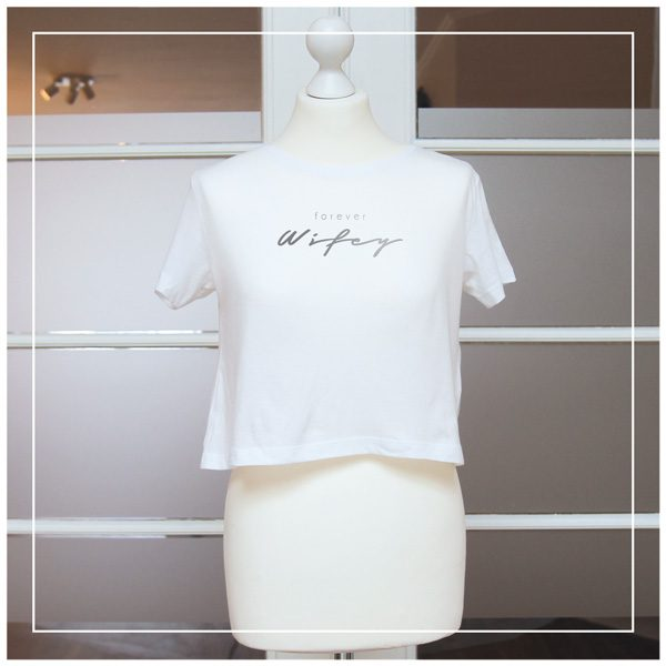 """Silberner Aufdruck """"Forever Wifey"""" auf weißem T-Shirt"""