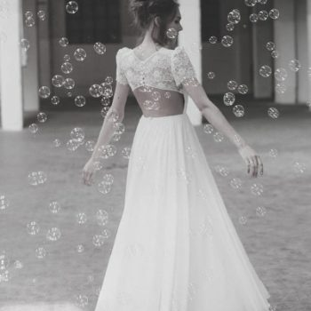 tanzende Braut im luftigen, leichten Brautkleid