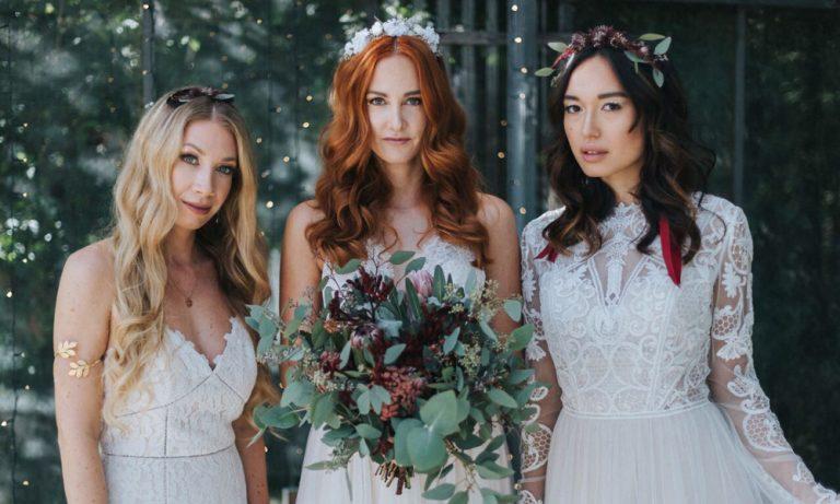 Bräute mit Blumenkränzen und Brautstrauß