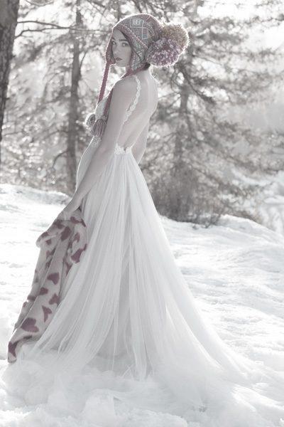 Hochzeitskleid mit schmalen Trägern und freiem Rücken