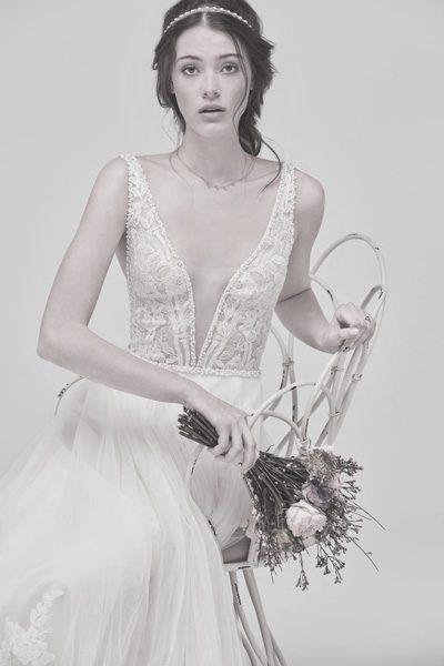 Hochzeitskleid mit tiefen transparenten Ausschnitt