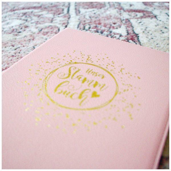 Goldprägung auf rosa Kunstleder