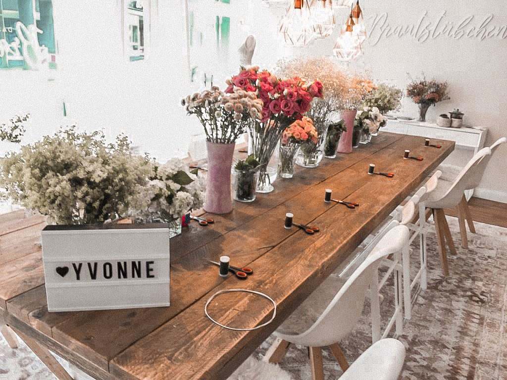Tisch gedckt für Worklschop Blumenkränze