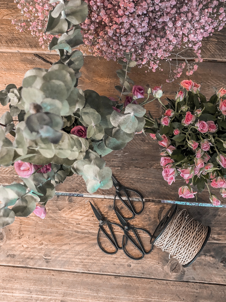 Kordel, Schere, Blumen