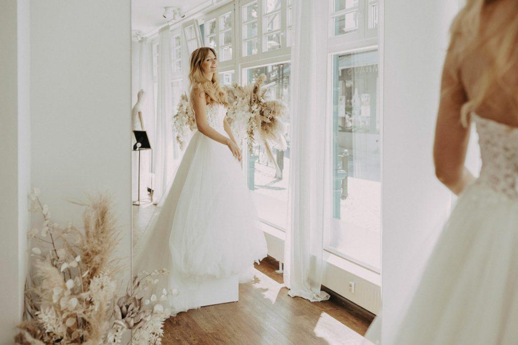 Brautkleidanprobe in gemütlicher Atmosphäre ganz für Dich alleine