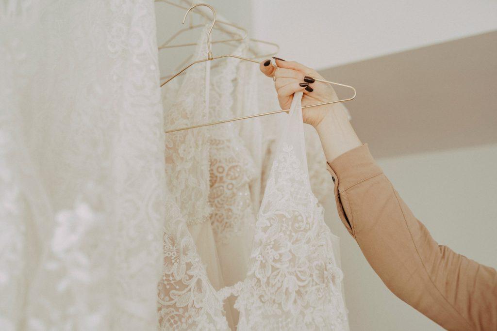 Ein große Auswahl an modernen Brautkleidern